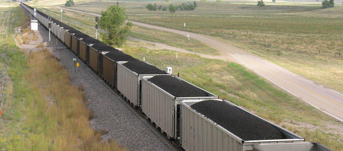 Coal_train_in_eastern_Wyoming_wide.jpg